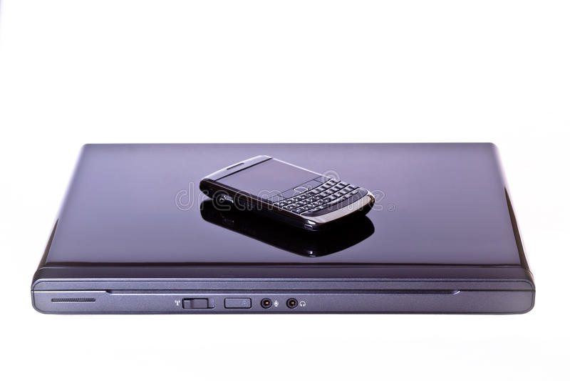 Laptop-Computer und mobiler Handy stockfoto