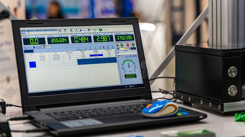 Laptop Computermonitor in Wetenschapslaboratorium stock foto