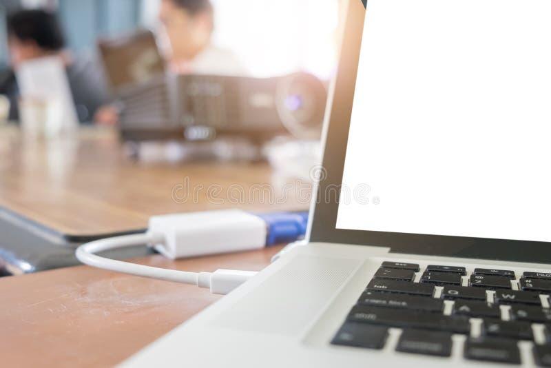 Laptop conectado ao projetor para a apresentação foto de stock