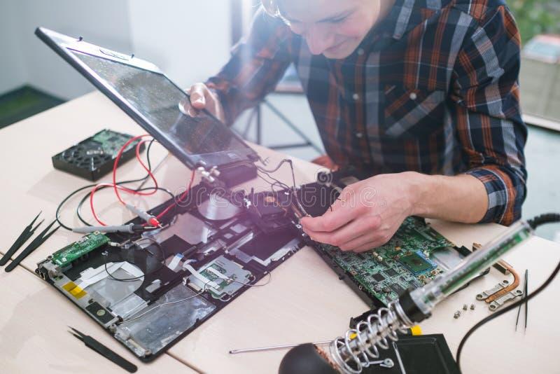 Laptop de bevestigende de reparatiedienst van het onderhoudsprobleem stock foto's