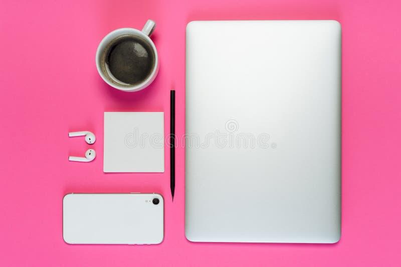 Laptop de Kop van de Telefoonkoffie op Roze Achtergrond Flatlay royalty-vrije stock afbeelding