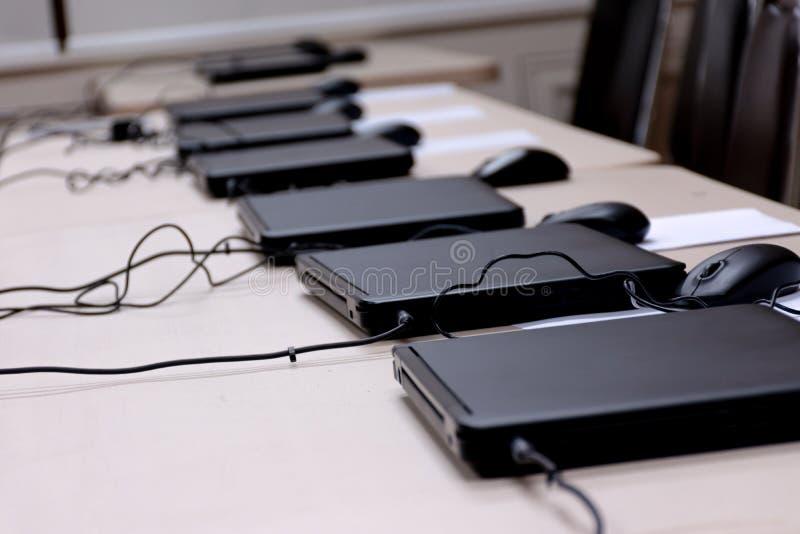 Laptop, der Reihen im Ausbildungsraum vereinbart lizenzfreies stockbild