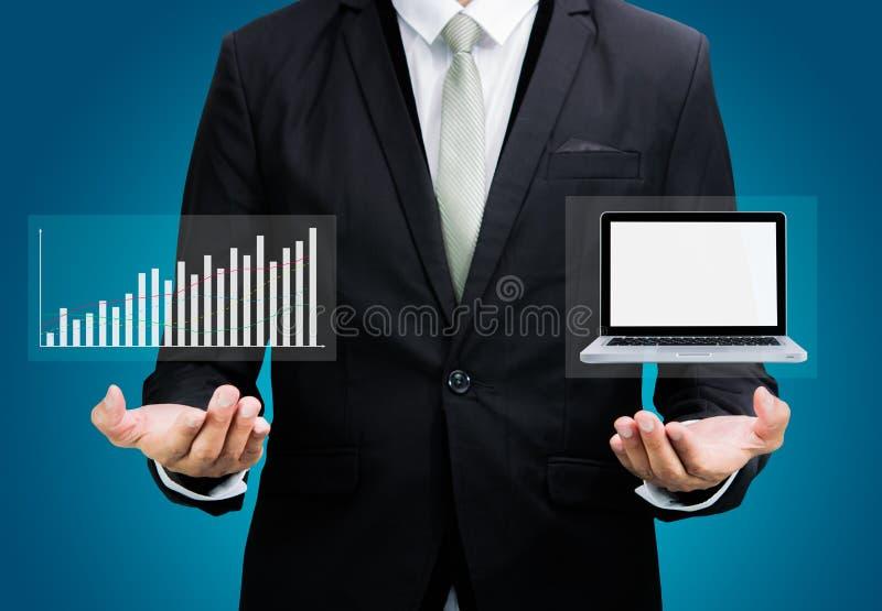 Laptop die van de de handgreep van de zakenman bevindende houding grafiekisol tonen stock afbeelding