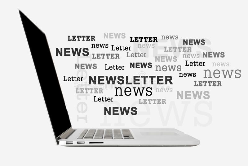 Laptop digital sobre fundo cinza com letra de newsletter Carta imagem de stock royalty free