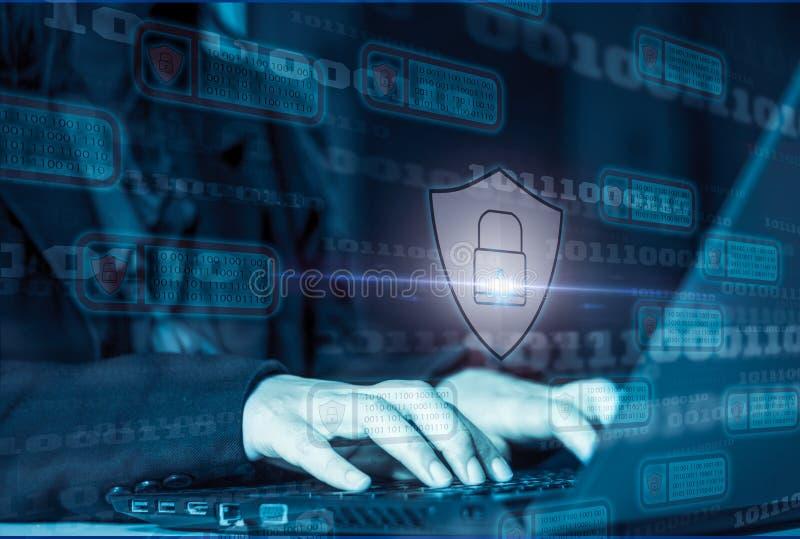 Laptop do ataque do hacker com o binário do ícone do fundo, protetor e cadeado, conceito que impede ataques do Web site mantendo