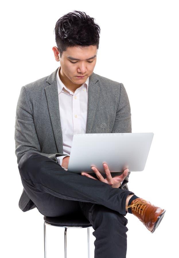 Laptop do uso do homem de negócios imagens de stock
