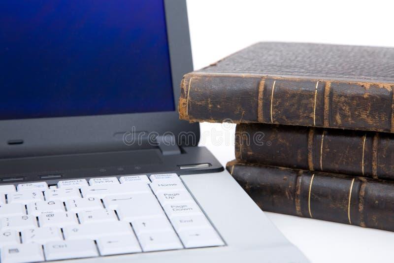 Laptop en boeken stock afbeeldingen