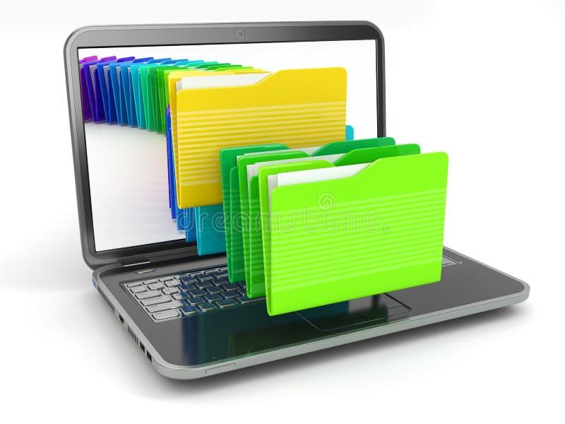 Laptop en computerdossiers in omslagen.