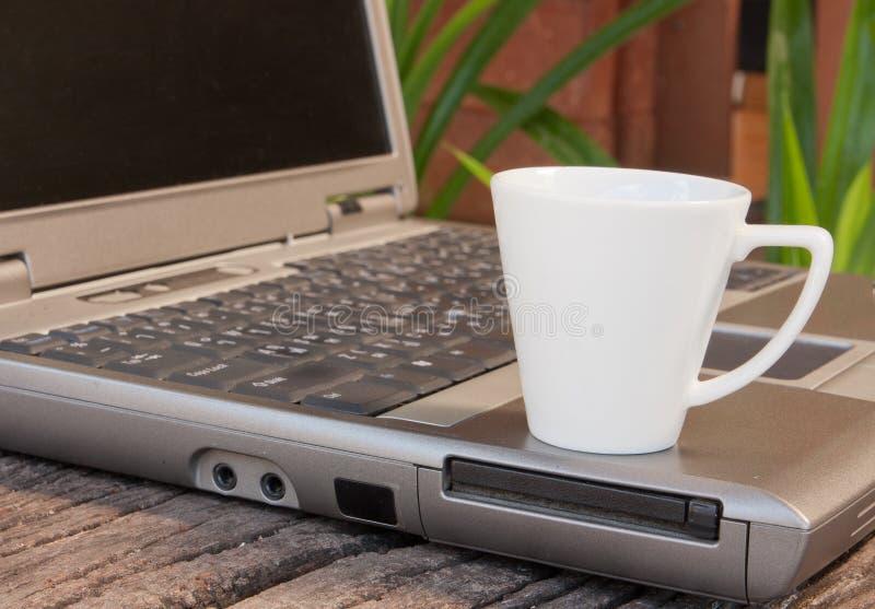 Laptop en espressokop royalty-vrije stock fotografie