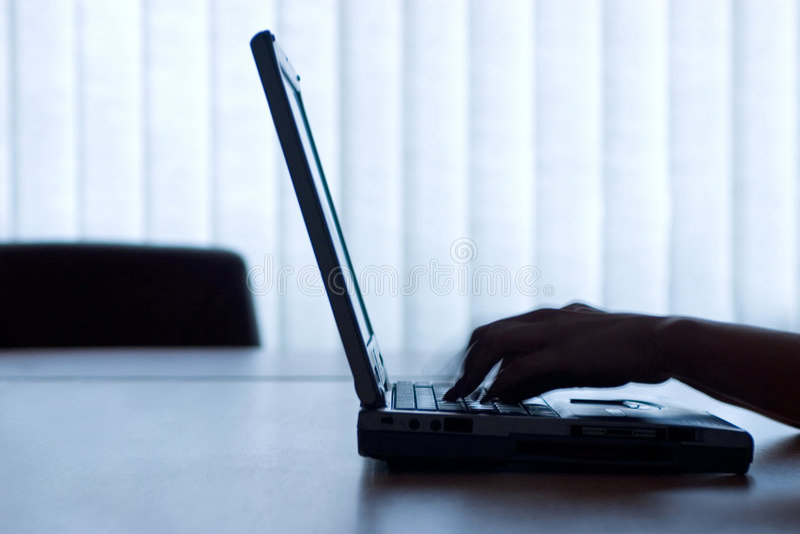 Laptop en handen royalty-vrije stock fotografie