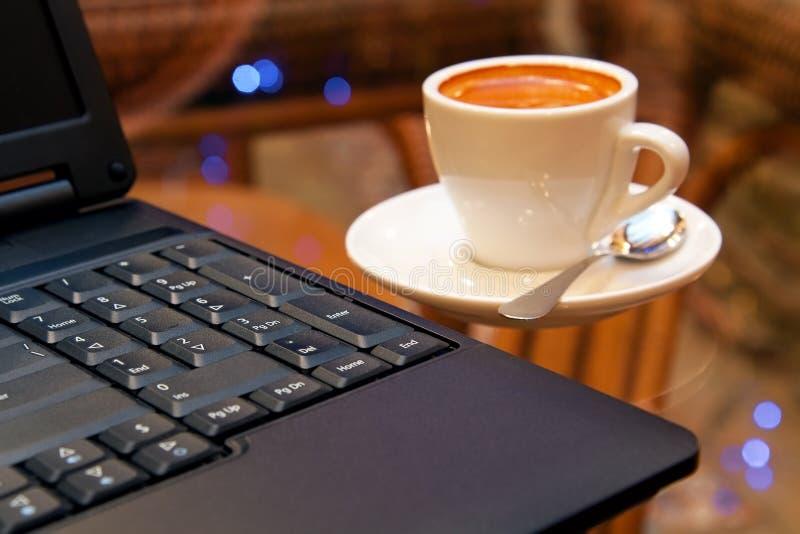 Laptop en koffie stock foto's
