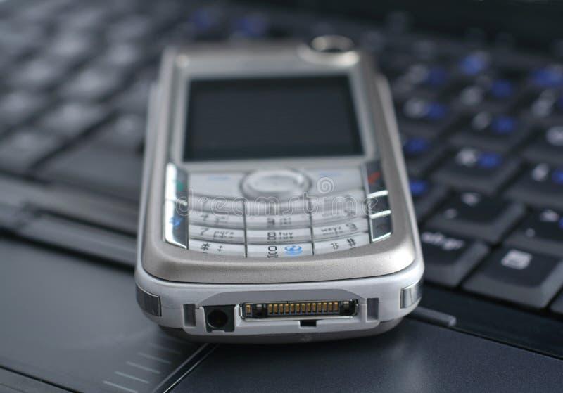 Laptop en mobiele telefoon stock afbeelding