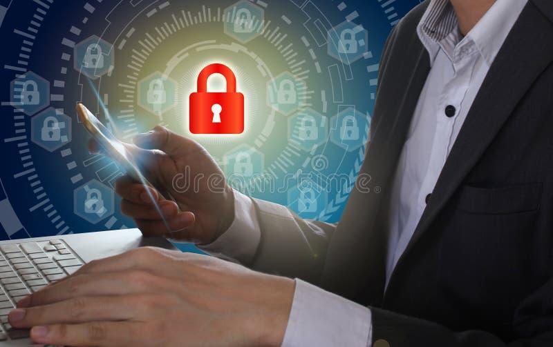 Laptop en smartphone van het zakenmangebruik met hangslot en cirkel te stock afbeelding