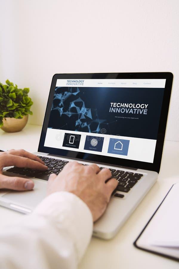 laptop handenlaptop innovatieve technologie royalty-vrije stock foto's