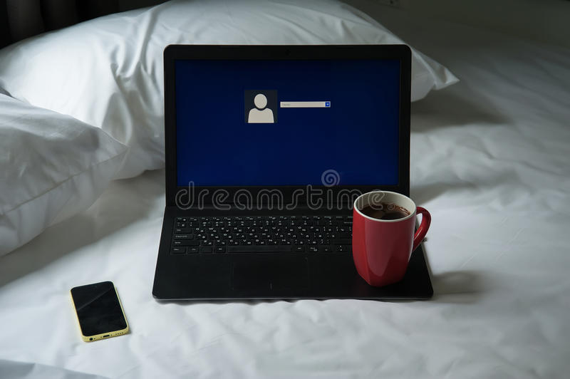 Laptop, Handy und ein Tasse Kaffee stockfotografie