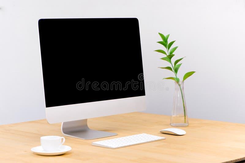 Laptop het computer witte lege scherm op het vooraanzicht van de het werklijst stock foto's