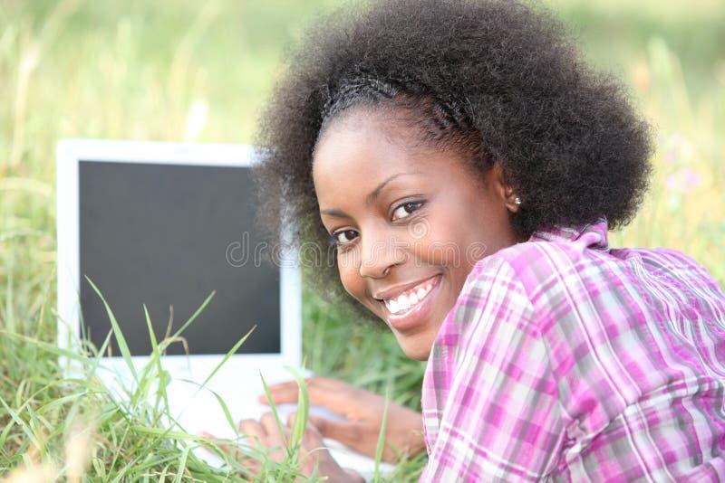 Laptop in het gras stock afbeelding