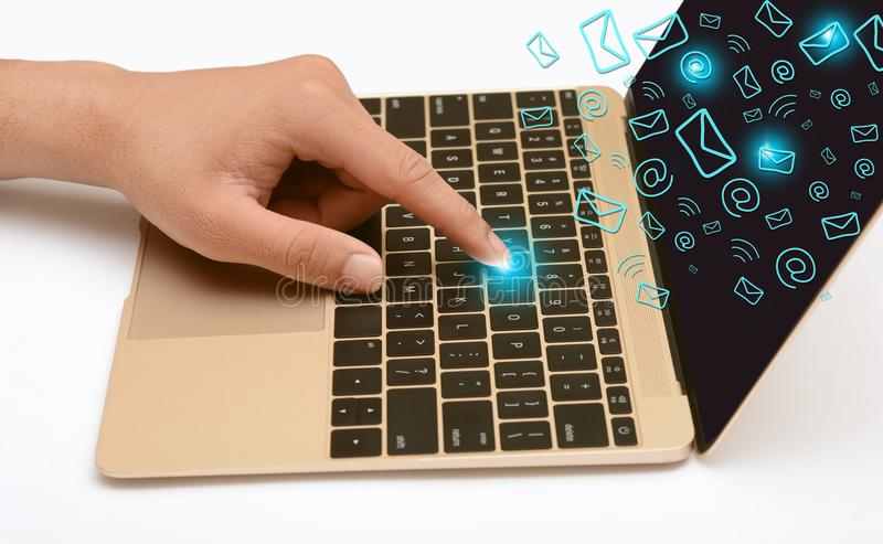 Laptop het Scherm met het Communicatie e-mail pictogrammen drijven stock foto