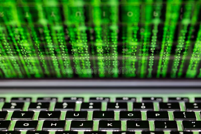 Laptop het scherm met het concept van binaire codecybersecurity royalty-vrije stock afbeelding
