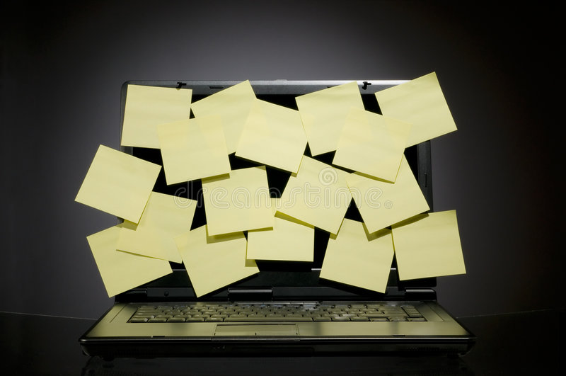 Laptop hoogtepunt van post-it stock foto
