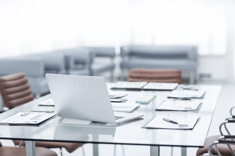 laptop i dokumenty na desktop w księgowość dziale firma fotografia stock