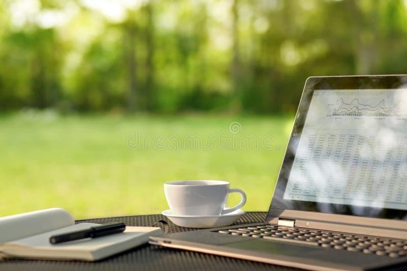 Laptop i kawa w plenerowym biurze zdjęcie stock