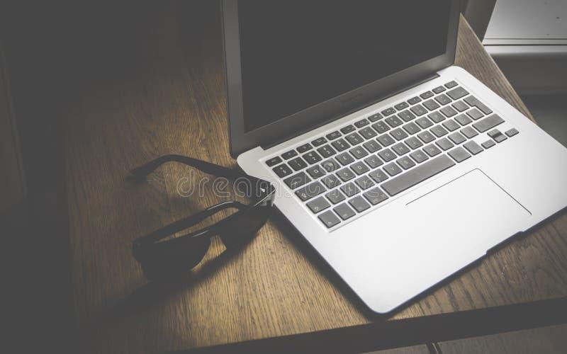 Laptop i okulary przeciws?oneczni