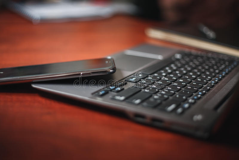 Laptop i smartphone na biuro stole zdjęcia royalty free