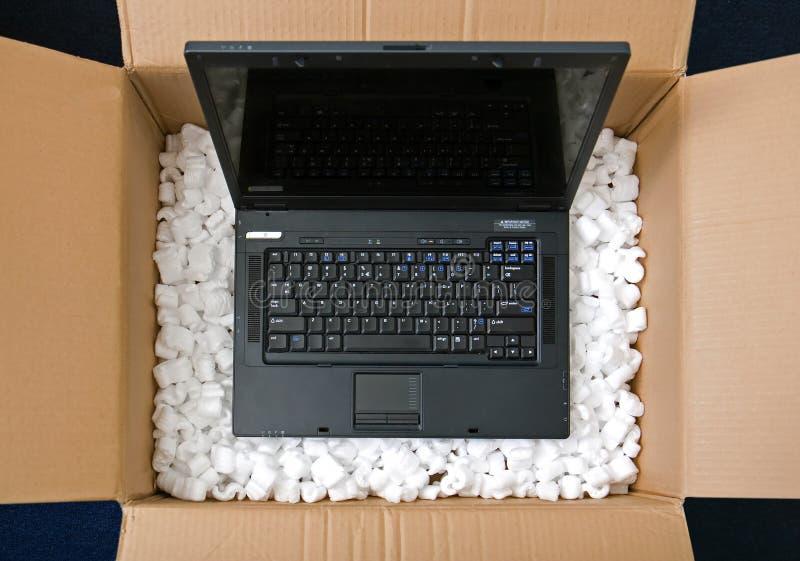 Laptop im Öffnungspaketkasten lizenzfreies stockbild
