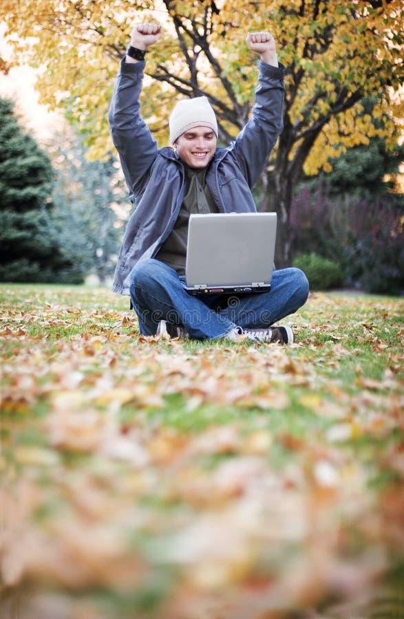 Laptop im Fall stockbilder