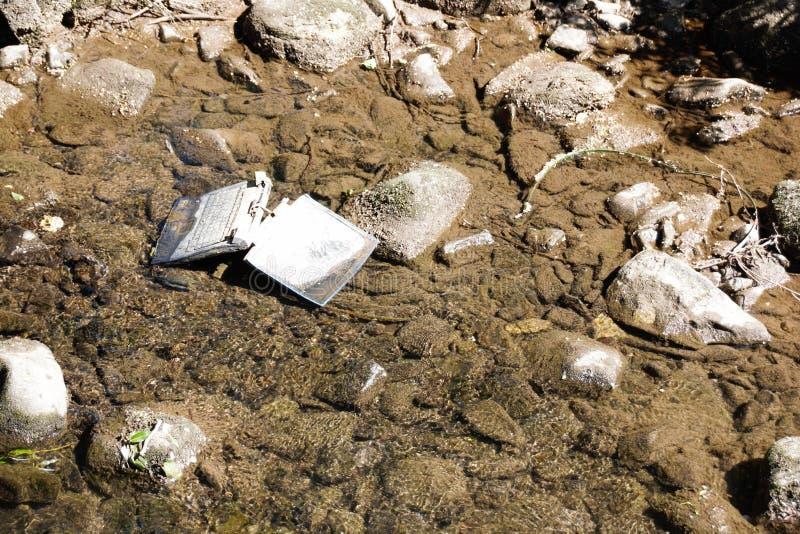 Laptop im Fluss stockfotografie