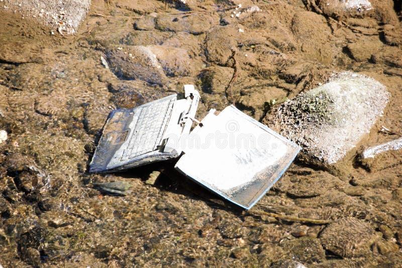 Laptop im Fluss lizenzfreies stockfoto