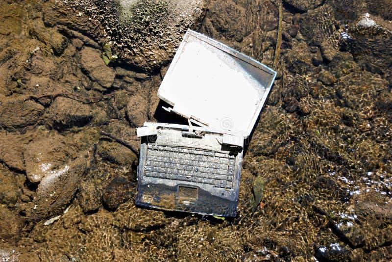 Laptop im Fluss stockfotos