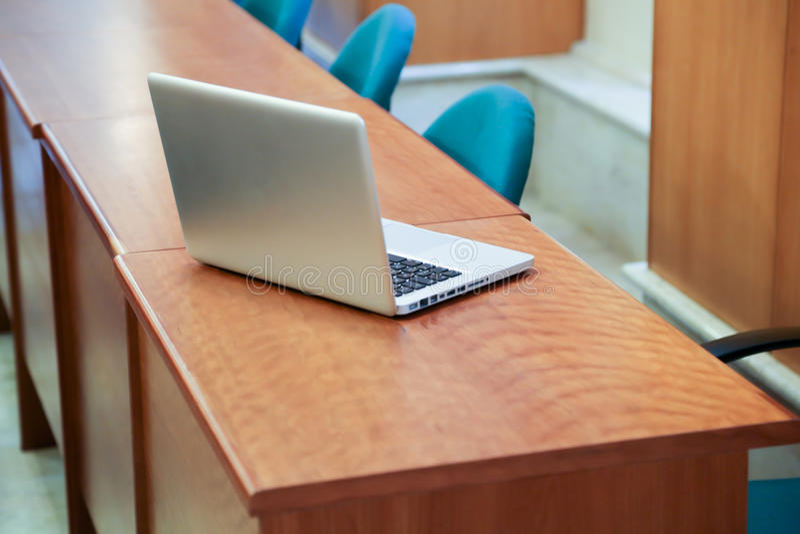 Laptop im Konferenzsaal stockbild