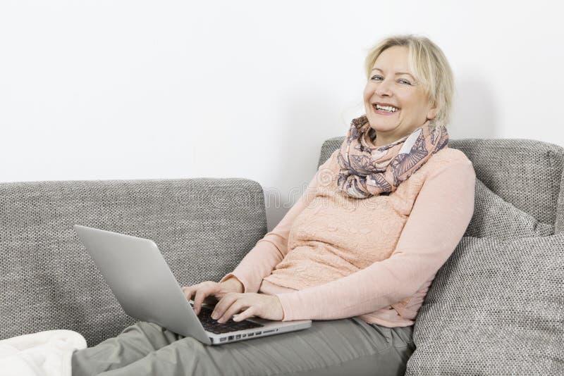 laptop kanapy kobieta zdjęcie royalty free