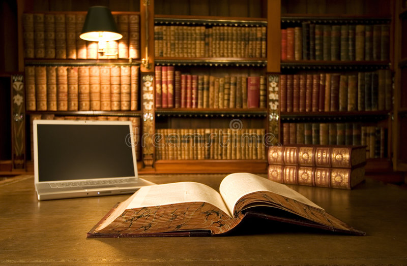 Laptop in klassieke bibliotheek stock foto's