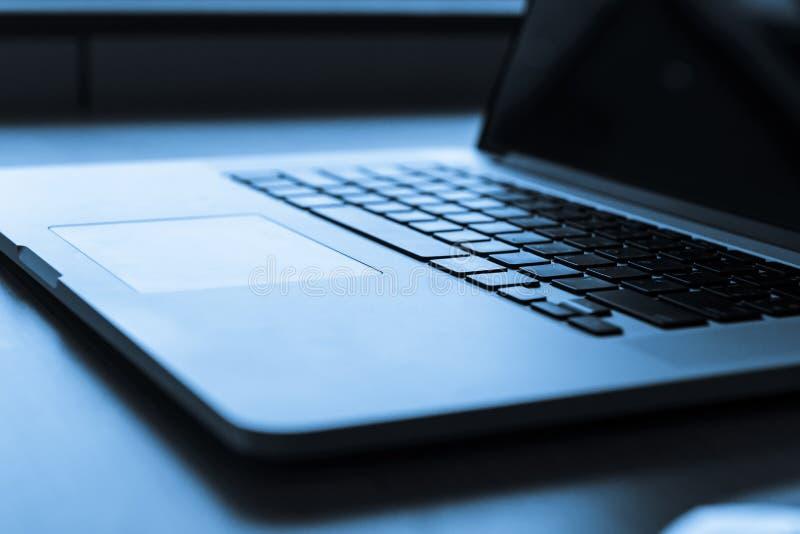 Laptop klawiatura z kopii przestrzenią sieć projekt i technologii pojęcie Błękitny brzmienie fotografia stock