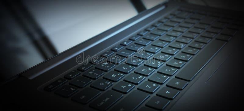 Laptop, klawiaturowy zakończenie, neonowy światło obraz royalty free