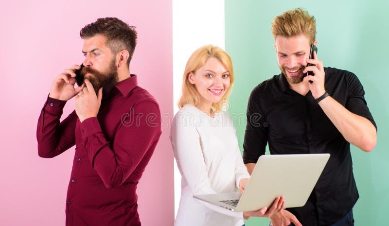 Laptop lub smartphone ty zawsze online Możesz wyobrażać sobie nowoczesne życie bez elektronika ty Mężczyzna i kobieta cieszą się  fotografia royalty free