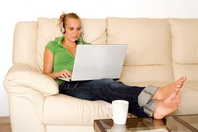 Download Laptop młode kobiety zdjęcie stock. Obraz złożonej z gawędzenie - 6170474