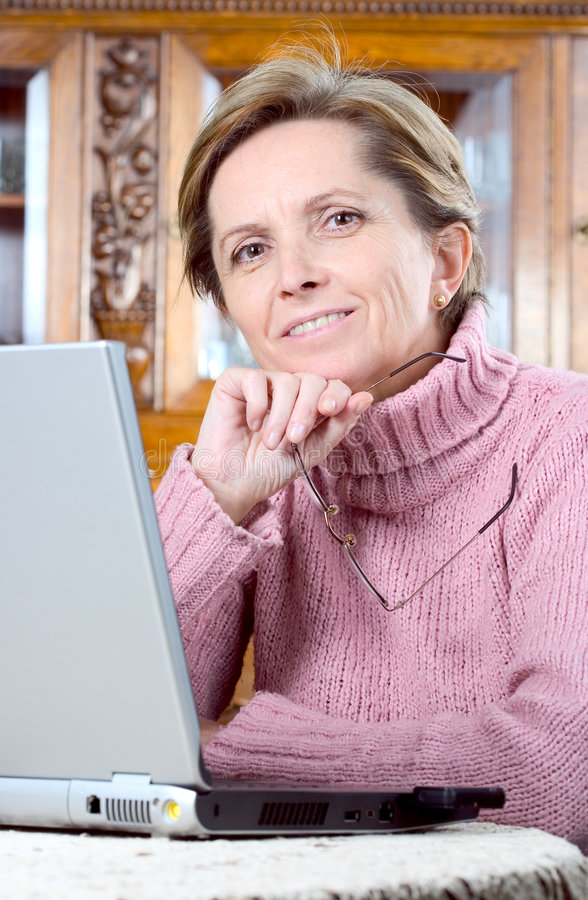 laptop mature woman στοκ φωτογραφία με δικαίωμα ελεύθερης χρήσης