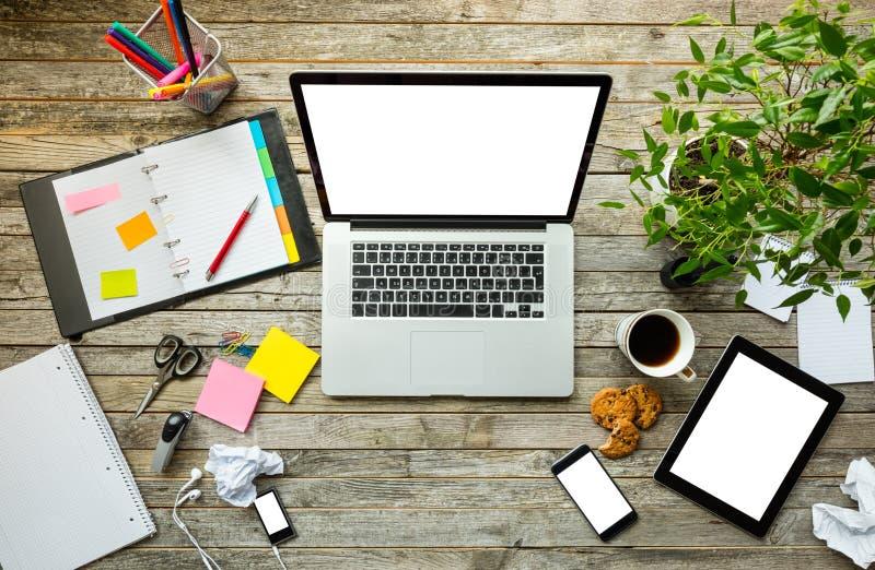 Laptop met andere moderne electonic apparaten op bureau stock foto