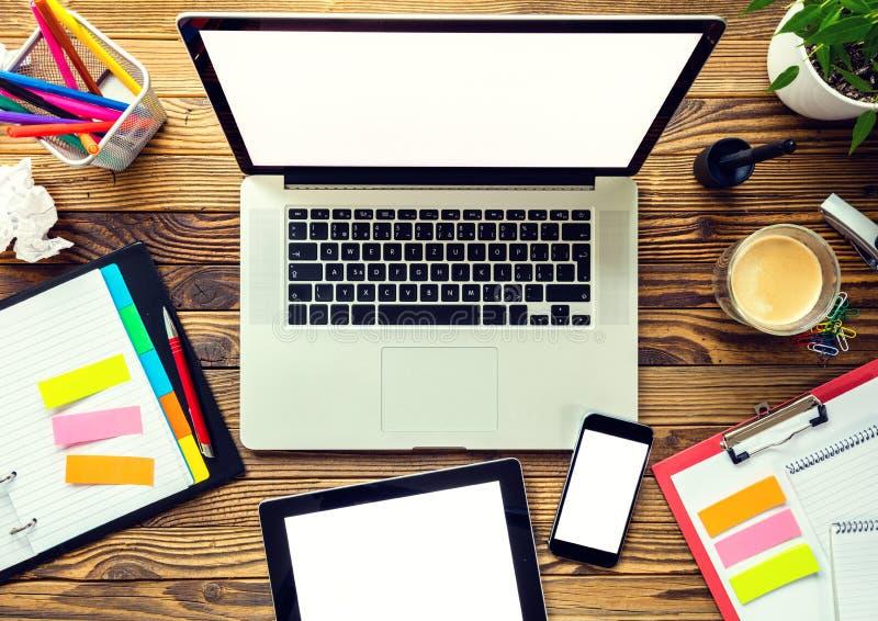 Laptop met andere moderne electonic apparaten op bureau royalty-vrije stock afbeeldingen