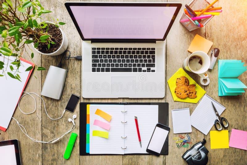 Laptop met andere moderne electonic apparaten op bureau stock foto's