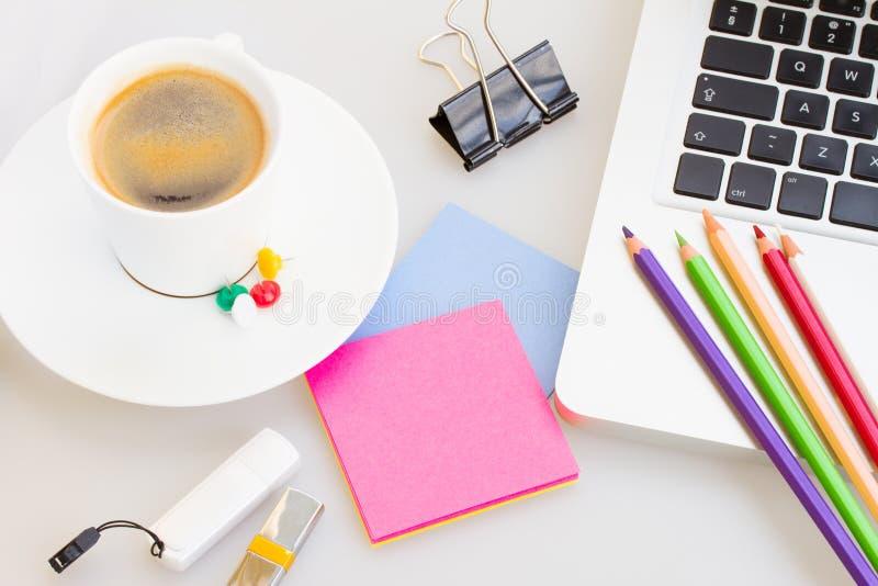 Laptop met bureau suply en kop van koffie stock foto