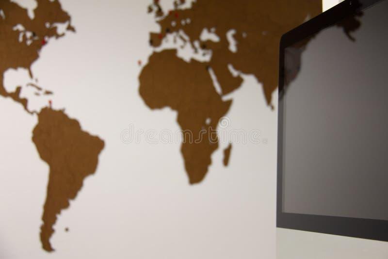 Laptop met in de kaart van de achtergrondreiswereld royalty-vrije stock afbeeldingen