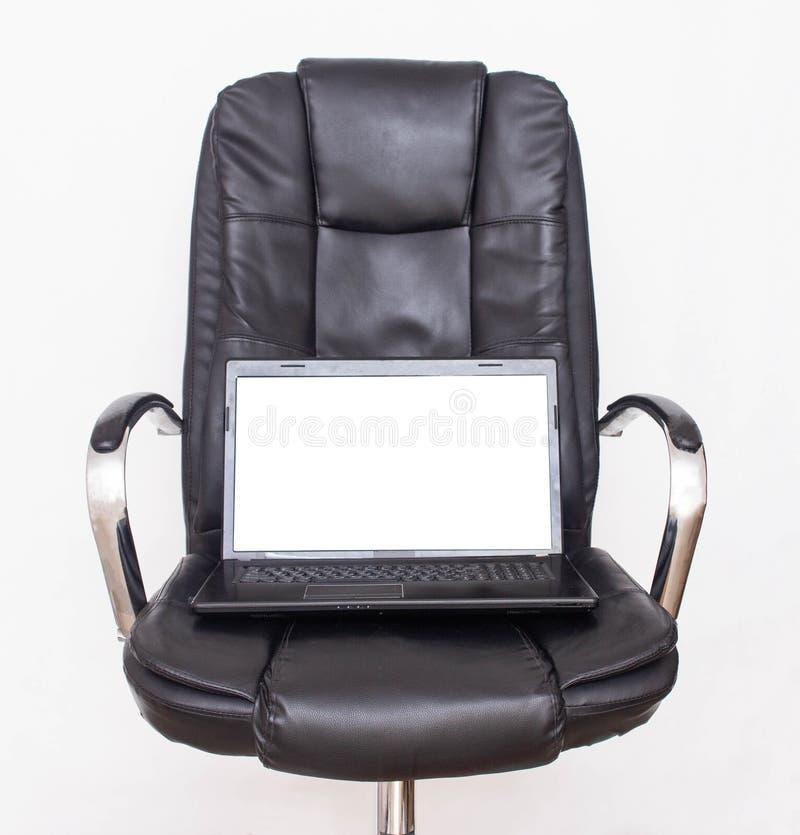 Laptop met het witte scherm op een zwarte bureaustoel Bedrijfs en reclameconcept, exemplaarruimte royalty-vrije stock foto's