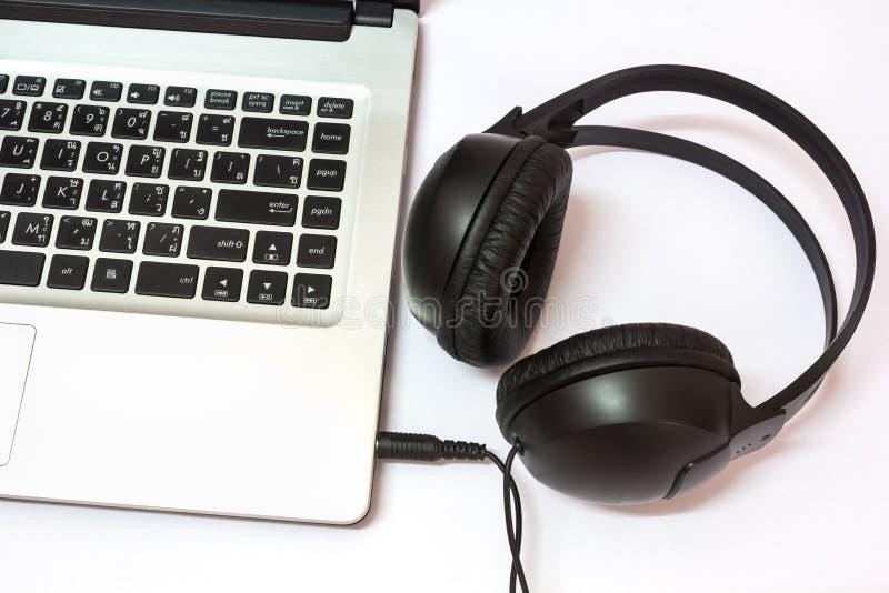 Laptop met hoofdtelefoons royalty-vrije stock fotografie