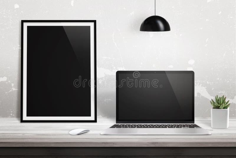 Laptop met leeg vertoning en beeldaffichekader op bureau stock foto's