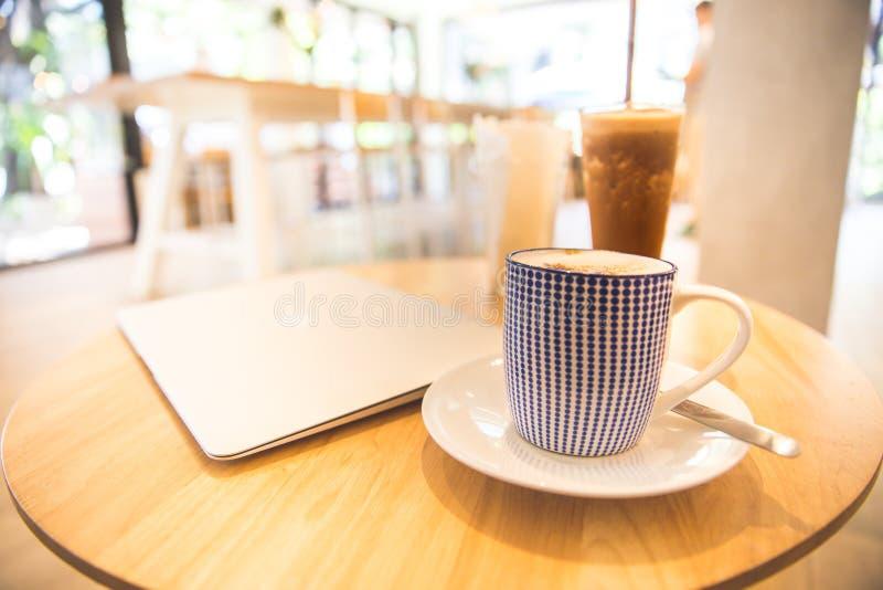 Laptop met verse kop van koffie, hoogste mening stock fotografie